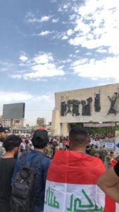 صورا لوصول عشرات المتظاهرين الى ساحة التحرير وسط بغداد