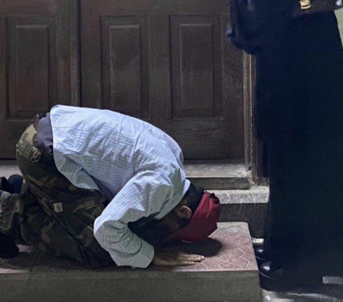 في زمن الكورونا سعودي لم يسجد لله بل لامرأة في السعودية امام باب المسجد