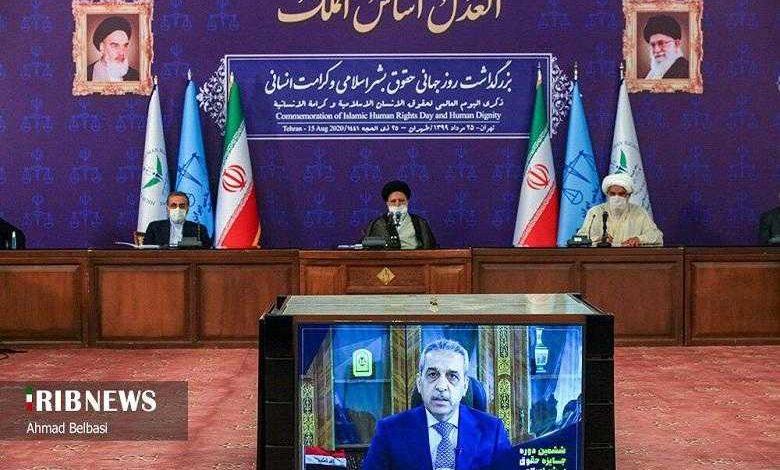 صورة رئيس مجلس القضاء العراقي يخضر مؤتمرا في طهران تحت العلم الايراني وصور خميني