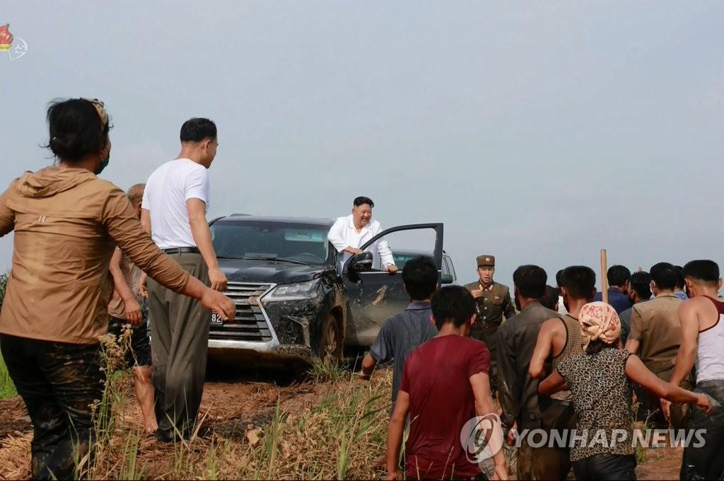 ليحيي المتضررين من الفيضان .... رئيس كوريا الشمالية ينزل من سيارته الليكزس