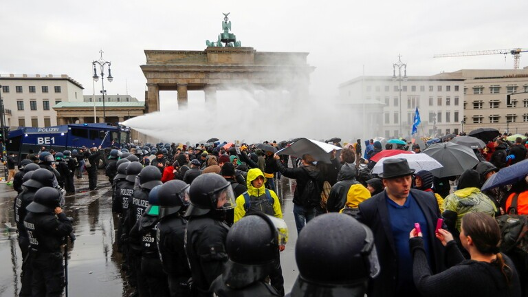 احتجاز 365 متظاهرا خلال احتجاجات ضد إجراءات العزل في برلين