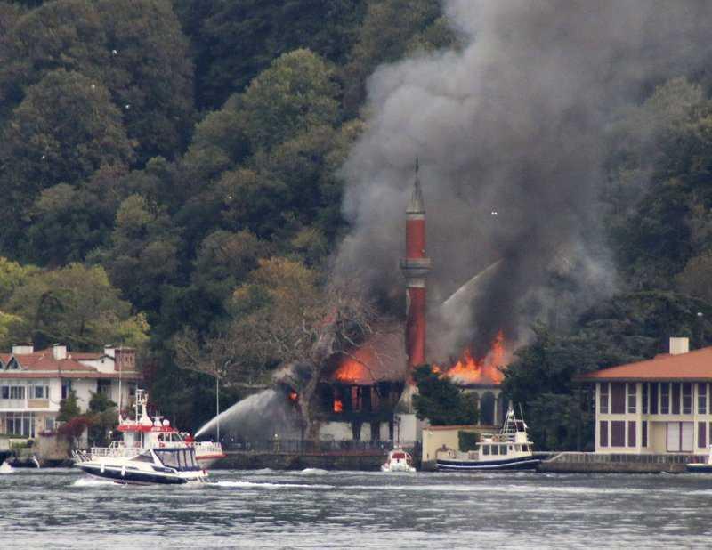 احتراق مسجد تاريخي في تركيا الاحد