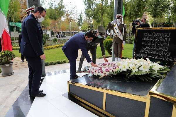 عناد يضع اكليلا من الزهور على نصب للجنود الايرانيين الذين قتلهم صدام