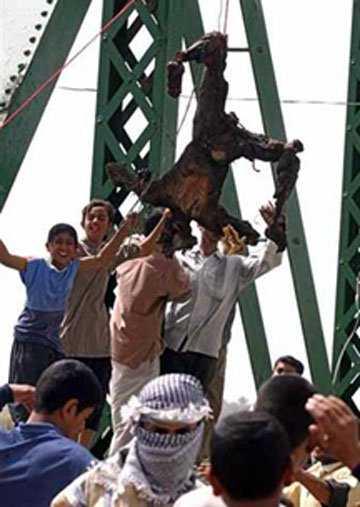 عراقية تنتحر من فوق جسر الفلوجة الذي علق عليه المارينز بعد اعدامهم