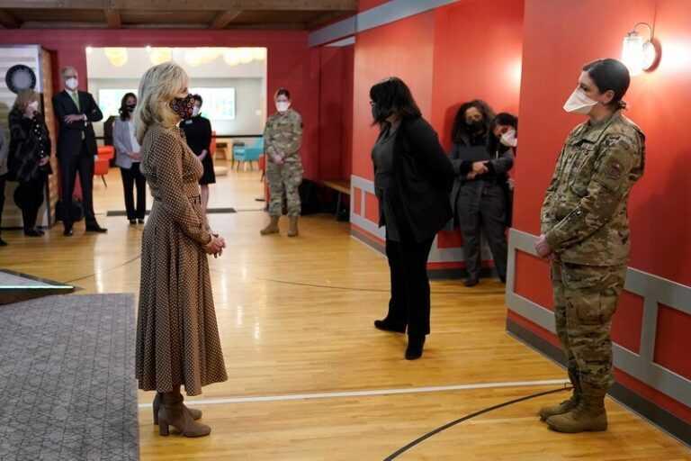 زوجة بايدن تتفقد القوات الامريكية البطلة التي شاركت بغزو العراق