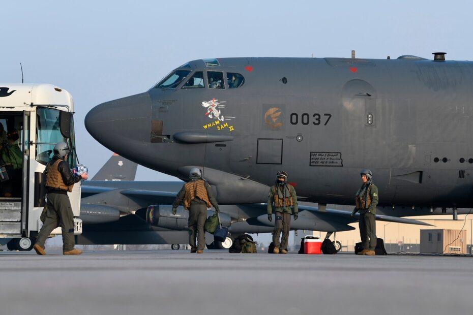 تحليق قاذفتان قاذفتان من طراز B-52 فوق الشرق الأوسط