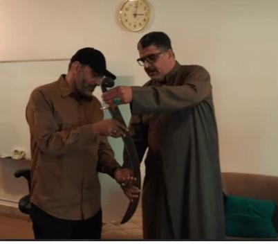 4 مطربين يهدون ابو الولاء الولائي سيف علي نسخة منه لمسعود بارزاني