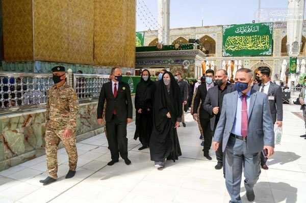 سفيرة استراليا بالعباءة والشيلة والجرغد تزور قبل الامام علي