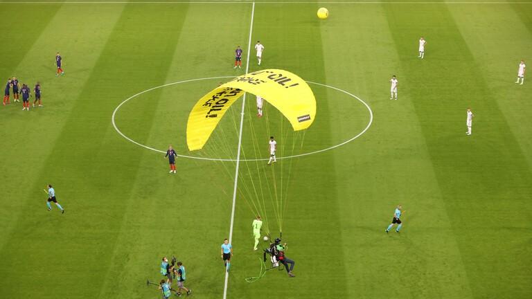 واقعة المظلة في مباراة فرنسا وألمانيا (فيديو)