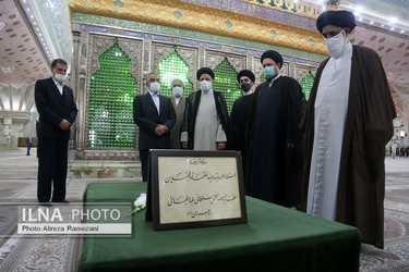 على خلاف الشيعة الجعفرية الامامية اية الله رئيسي يبايع قبر خميني في رسالة مبطنة لخامنئي