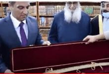 صورة برلماني شيعي يهدي السني مهدي الصميدعي سيف ذو الفقار المذهب